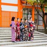 京都,日本- 2017年11月7日:一个小组和服的女孩是 库存照片