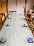 京都,日本- 2017年7月05日:一张桌的室内看法与一些茶杯的服务,在一个大厦里面,在京都 库存照片