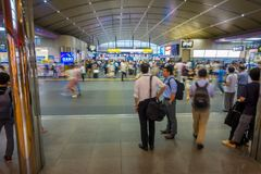 京都,日本- 2017年7月05日:人们赶紧在Keihan火车站在京都,日本 Keihan铁路局被创办了 免版税库存照片