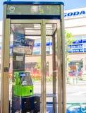 京都,日本- 2017年7月05日:公用电话在大阪,日本 模糊的电话通过玻璃 免版税库存图片