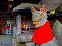 京都,日本- 2017年7月05日:关闭在Fushimi Inari寺庙Fushimi Inari Taisha寺庙的一个狐狸石头雕象 免版税库存图片