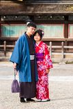 京都,日本- 2017年11月7日:在一件和服的一对爱恋的夫妇在镇中心 垂直 复制文本的空间 免版税库存照片