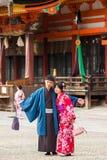 京都,日本- 2017年11月7日:在一件和服的一对爱恋的夫妇在镇中心 垂直 复制文本的空间 库存照片