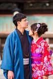 京都,日本- 2017年11月7日:在一件和服的一对爱恋的夫妇在镇中心 垂直 特写镜头 免版税库存照片