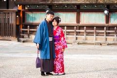 京都,日本- 2017年11月7日:在一件和服的一对爱恋的夫妇在镇中心 复制文本的空间 免版税库存图片