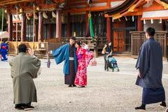 京都,日本- 2017年11月7日:在一件和服的一对爱恋的夫妇在镇中心 复制文本的空间 免版税库存照片