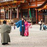 京都,日本- 2017年11月7日:在一件和服的一对爱恋的夫妇在镇中心 复制文本的空间 库存照片