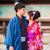 京都,日本- 2017年11月7日:在一件和服的一对爱恋的夫妇在镇中心 特写镜头 库存图片