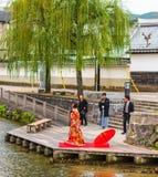 京都,日本- 2017年11月7日:在一件和服的夫妇在河岸 复制文本的空间 图库摄影
