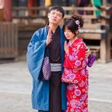 京都,日本- 2017年11月7日:在和服的一对爱恋的夫妇 图库摄影