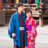 京都,日本- 2017年11月7日:在和服的一对爱恋的夫妇 免版税库存图片