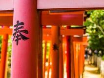京都,日本- 2017年7月05日:在Fushimi Inari寺庙的红色花托门在京都,日本 图库摄影