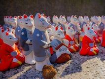 京都,日本- 2017年7月05日:小白色陶瓷兔子雕象行,冈崎寺庙,京都 免版税库存图片
