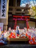 京都,日本- 2017年7月05日:小白色陶瓷兔子雕象行,冈崎寺庙,京都 库存照片