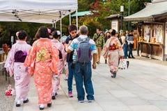 京都,日本- 2017年11月7日:小组一件和服的女孩在地方市场上 复制文本的空间 免版税库存图片