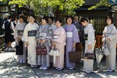 京都,日本- 2017年5月18日:小组和服的妇女在旅行 图库摄影