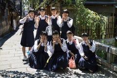 京都,日本- 2017年5月18日:小组在校服的学生 免版税图库摄影