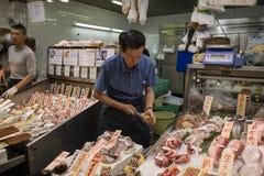 京都,日本- 2017年5月22日:打开一只未加工的牡蛎作为快餐 库存照片