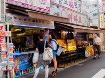 京都,日本- 2017年7月05日:接近食物市场的未认出的人在户外鲜鱼和食物待售 库存图片