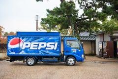 京都,日本- 2017年11月15日:提供饮料的百事可乐卡车 免版税图库摄影