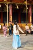 京都,日本- 2017年11月7日:摆在为摄影师的蓝色礼服的女孩 复制文本的空间 垂直 免版税库存图片