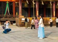 京都,日本- 2017年11月7日:摆在为摄影师的蓝色礼服的女孩 复制文本的空间 库存图片