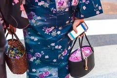 京都,日本- 2017年11月7日:有电话特写镜头的手 户外重点有选择性的射击 免版税图库摄影