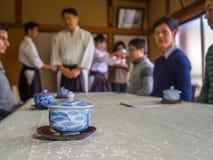 京都,日本- 2017年7月05日:未认出的人在会议团聚的桌,饮用的茶上,在京都 库存照片