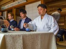 京都,日本- 2017年7月05日:未认出的人在会议团聚的桌,饮用的茶上,在京都 免版税图库摄影
