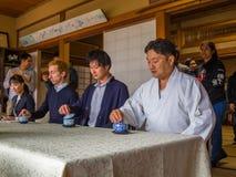 京都,日本- 2017年7月05日:未认出的人在会议团聚的桌,饮用的茶上,在京都 图库摄影