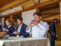 京都,日本- 2017年7月05日:未认出的人在会议团聚的桌,饮用的茶上,在京都 库存图片