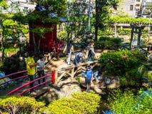 京都,日本- 2017年7月05日:未认出的人民输入一个风格化japanesse寺庙在京都 免版税库存图片