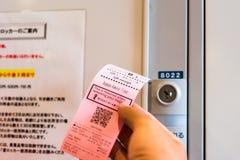 京都,日本- 2017年11月7日:检查手中特写镜头 库存照片
