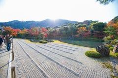京都,日本- 2017年11月17日:游人享受旅行对Sogen 免版税库存照片