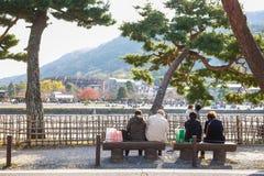 京都,日本- 2017年11月17日:游人坐长凳se 库存图片