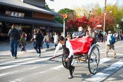 京都,日本- 2017年11月16日:游人是享用旅行的b 图库摄影
