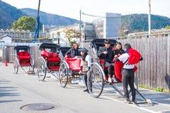 京都,日本- 2017年11月16日:游人是享用旅行的b 免版税库存照片