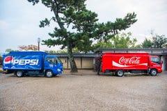 京都,日本- 2017年11月15日:焦炭卡车和百事可乐卡车del 库存照片