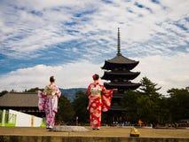 京都,日本- 2017年7月05日:看Yasaka塔Gion Higashiyama区的美丽的景色未认出的妇女 免版税库存图片