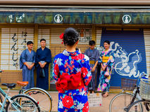 京都,日本- 2017年7月05日:等待在一家商店外面的未认出的人民在箱根 库存图片