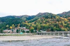 京都,日本- 2018年11月19日:美丽的Togetsukyo桥梁在秋天季节的Arashiyama京都 免版税库存图片
