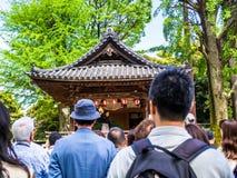 京都,日本- 2017年7月05日:观看在小屋的未认出的人民现场展示,在一个风格化帽子的输入  免版税库存照片