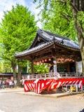 京都,日本- 2017年7月05日:跳舞和使用在的未认出的人民在小屋居住,在一个风格化帽子的输入 免版税库存照片