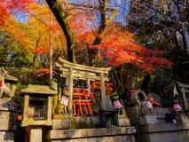 京都,日本- 2017年7月05日:Fox向雕象扔石头在Fushimi Inari寺庙Fushimi Inari Taisha寺庙在日本 免版税库存图片
