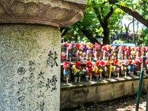 京都,日本- 2017年7月05日:Jizo Boddhisattvas室外看法在Zojo佛教寺庙的在东京,日本 Jizo 免版税库存图片