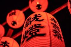 京都,日本- 2016年7月23日 在Fushimi Inari的Torii门在京都祀奉 红色的日本灯笼 库存照片