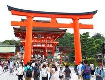 京都,日本- 8月,第10 2017年:在Fushimi Inari Taisha寺庙的大门torii 安置在Inari山的基地 库存照片