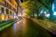 京都,日本- 2017年7月05日:京都,白川町河的日本在春天期间的Gion区 樱桃blosson 免版税库存照片