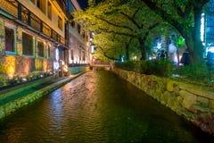 京都,日本- 2017年7月05日:京都,白川町河的日本在春天期间的Gion区 樱桃blosson 免版税库存图片