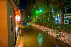 京都,日本- 2017年7月05日:京都,白川町河的日本在春天期间的Gion区 樱桃blosson 库存图片